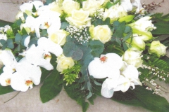 NR 13 bloemstuk rond met phalaenopsis en seizoensvulling 120 euro