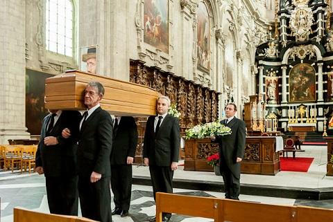 Begrafenisondernemer - Dragers kist op schouder