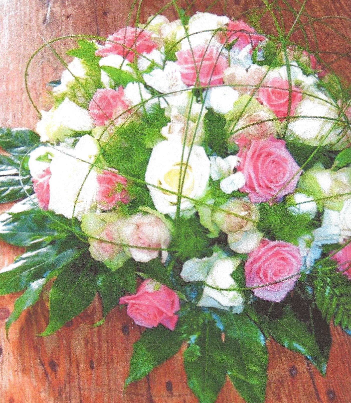 NR 04 bloemstuk rond gemengde kleuren rozen flexigras 90 euro