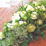 NR 05 Bloemstuk met gipskruid rozen flexigras en seizoensvulling 85 euro