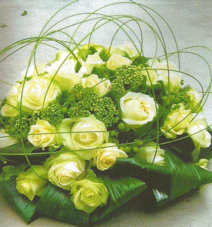 NR 09 rond bloemstuk met witte rozen seizoensvulling en flexigras 90 euro
