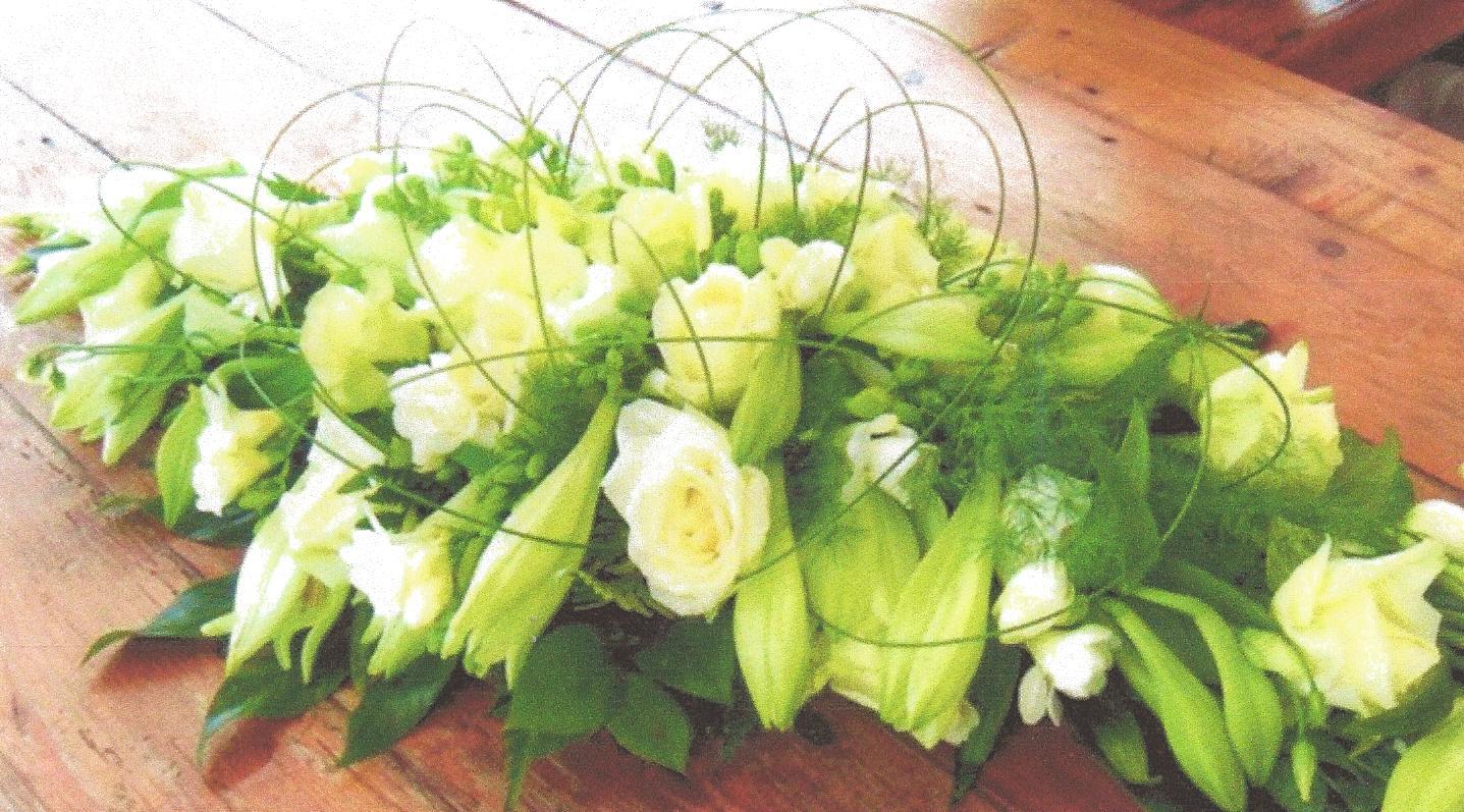 NR 17 Bloemstuk lang met wite lelies rozen flexigras 130 euro